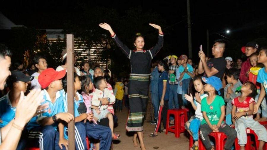 Dàn mỹ nhân Hoa hậu Hoàn vũ đi chân đất, nhảy múa ở buôn làng của H'Hen Niê
