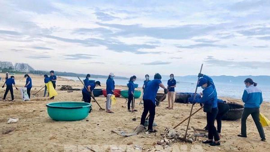Tuổi trẻ Bình Định ra quân làm sạch biển