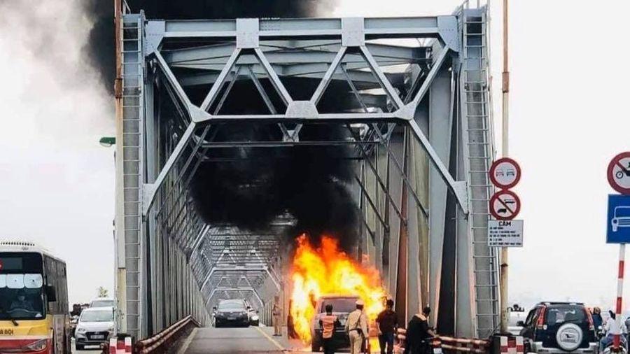 Đang đi trên cầu Chương Dương, xe sang Range Rover bất ngờ cháy rụi