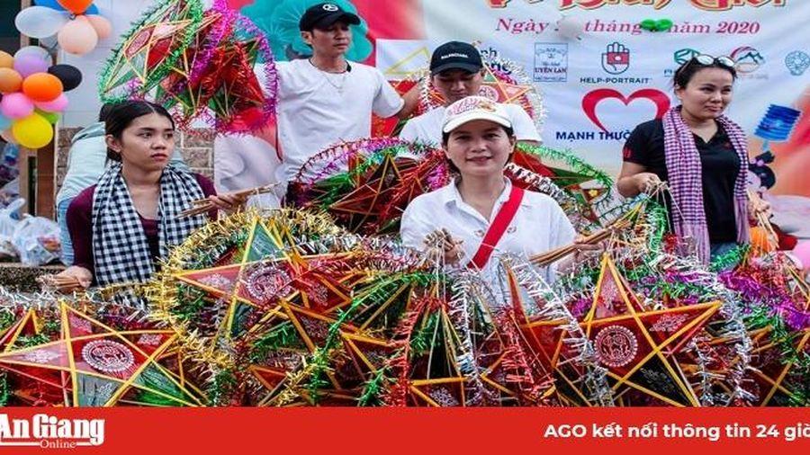 Trao quà Trung thu và lồng đèn cho học sinh vùng biên giới Nhơn Hội