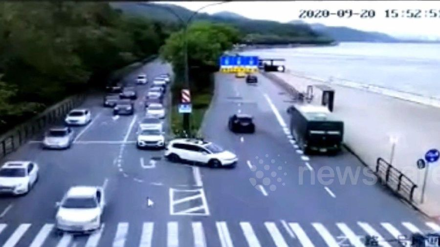 Hàng chục ô tô đang đi trên đường bị sóng thủy triều cuốn trôi