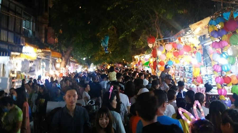 Phố cổ Hà Nội ken kín người 'đi chợ' Tết Trung thu