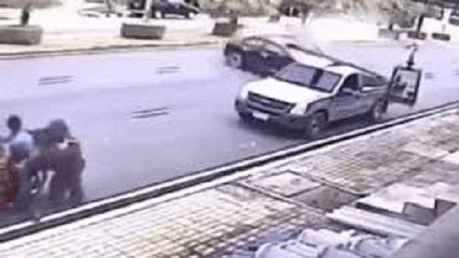 Camera giao thông: Ô tô mất lái lao đến bất ngờ, gia đình 4 người thoát chết thần kỳ