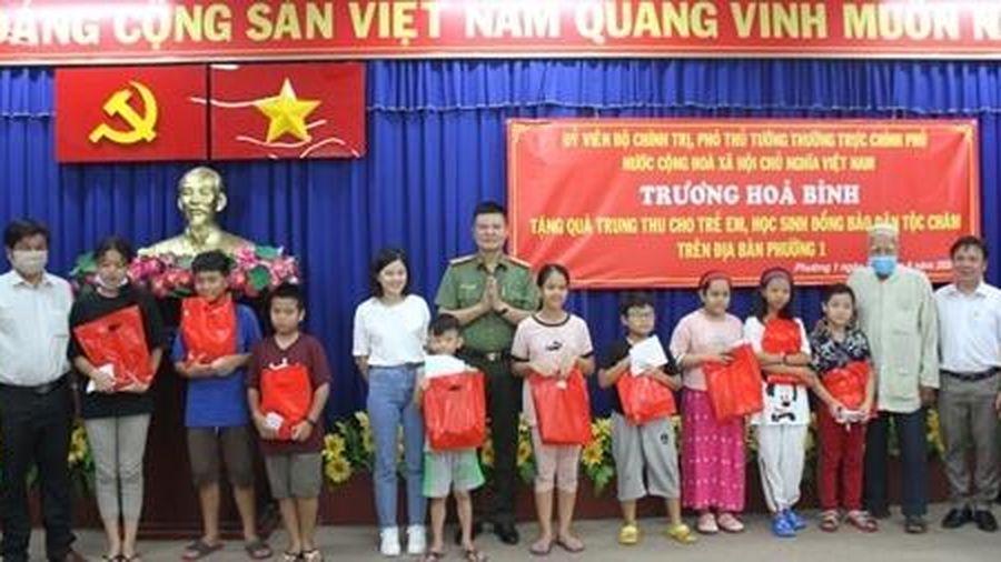 Phó Thủ tướng Thường trực tặng quà trung thu cho thiếu nhi đồng bào dân tộc Chăm