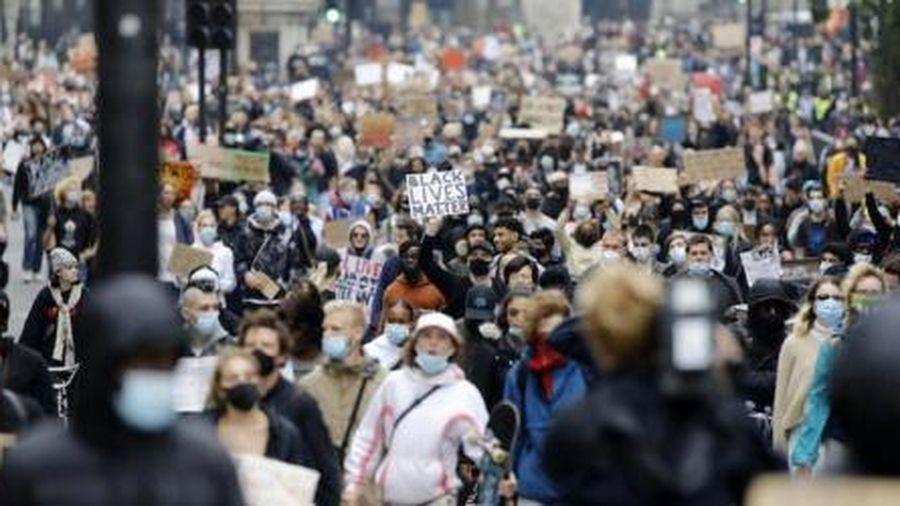 Hàng ngàn người biểu tình phản đối các biện pháp chống dịch Covid-19 ở London