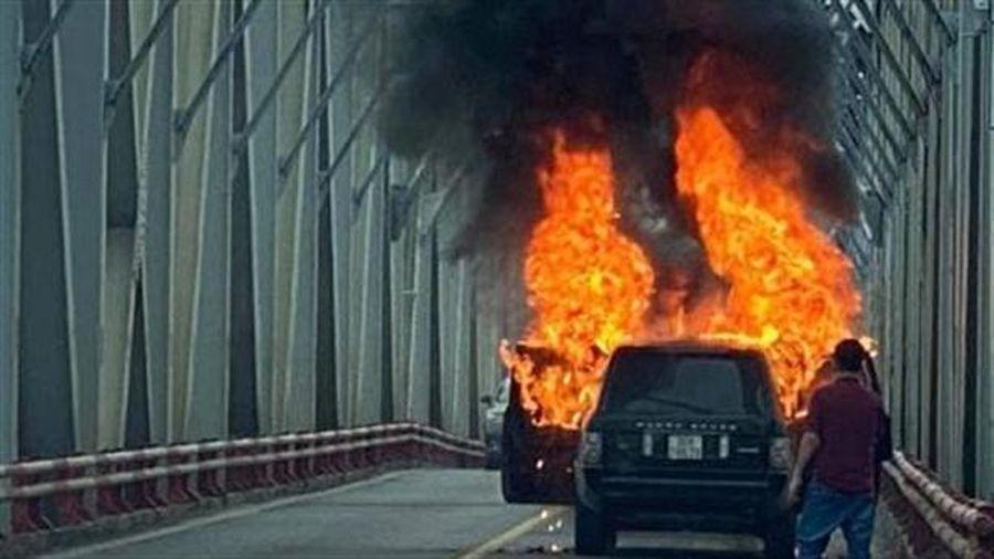 Xe sang Range Rover bốc cháy: Không dễ cháy