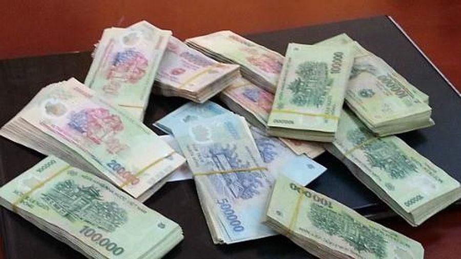 Hứa 'chạy án' để lừa đảo lấy tiền tiêu xài