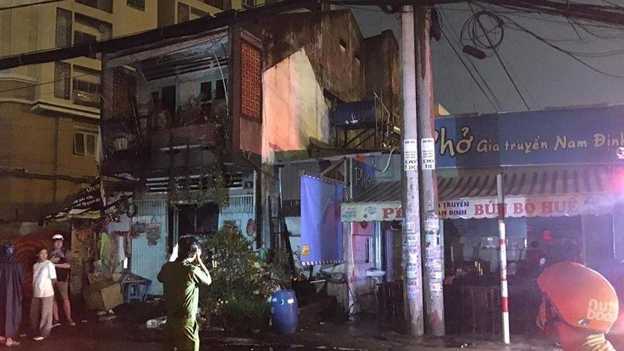 Cháy nhà dân cạnh quán phở ở quận 9, nhiều người bỏ chạy thoát thân