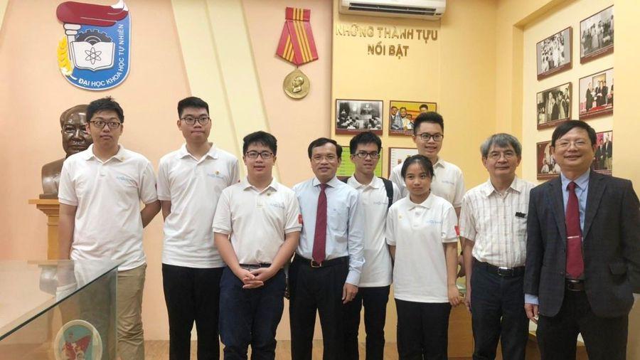 Lần đầu tiên, học sinh lớp 10 giành 2 Huy chương Vàng tại Olympic Toán học quốc tế năm 2020