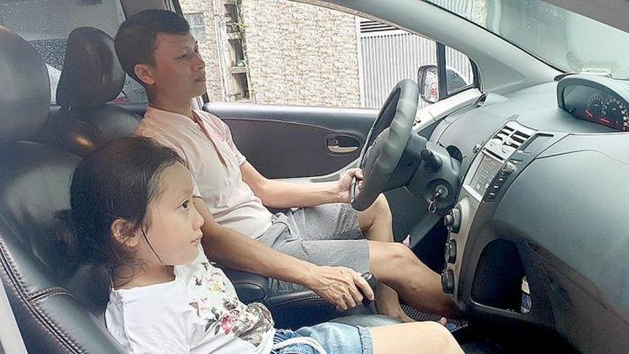Cấm trẻ em ngồi ghế trước ô tô có khả thi?