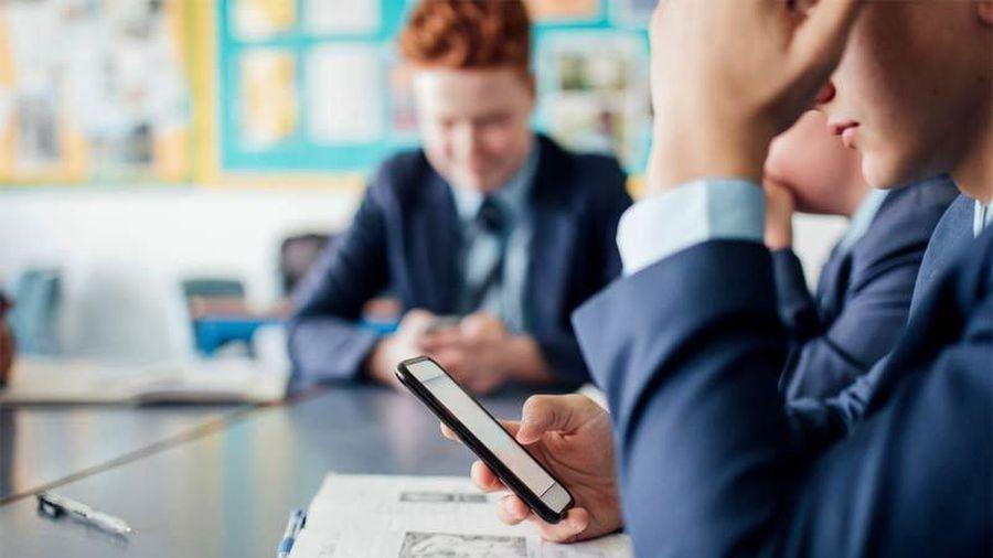 Các trường học ở Mỹ cấm học sinh dùng điện thoại thông minh thế nào?
