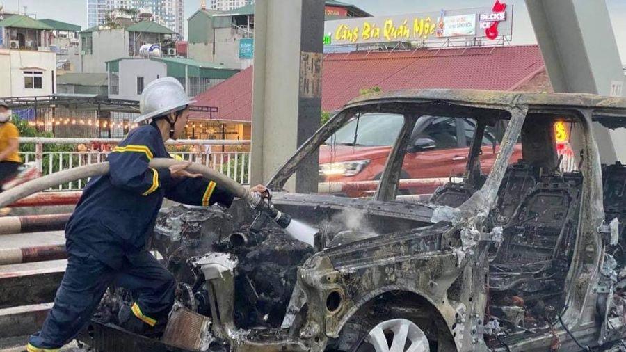 Siêu xe Range Rover cháy trơ khung trên cầu Long Biên