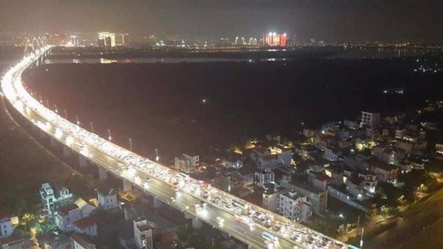 12 ô tô đâm liên hoàn trên cầu Nhật Tân gây ùn tắc kéo dài, nhiều phương tiện chôn chân hàng giờ trên đường