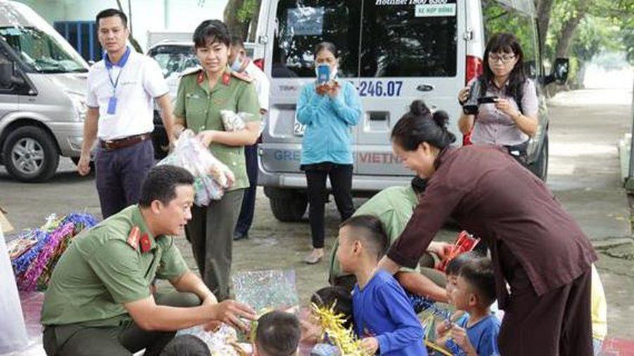 Công an Đồng Nai trao yêu thương cho trẻ em mồ côi, tàn tật và người già neo đơn