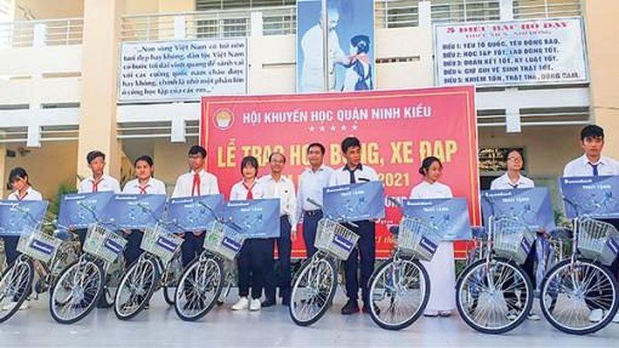 Ninh Kiều chăm lo học sinh khó khăn