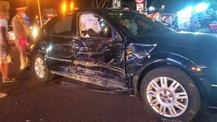 2 ô tô hỏng nặng sau cú tông mạnh