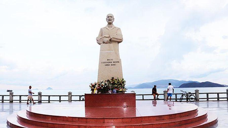 Dựng bia lưu niệm Alexandre Yersin ở công viên Yersin