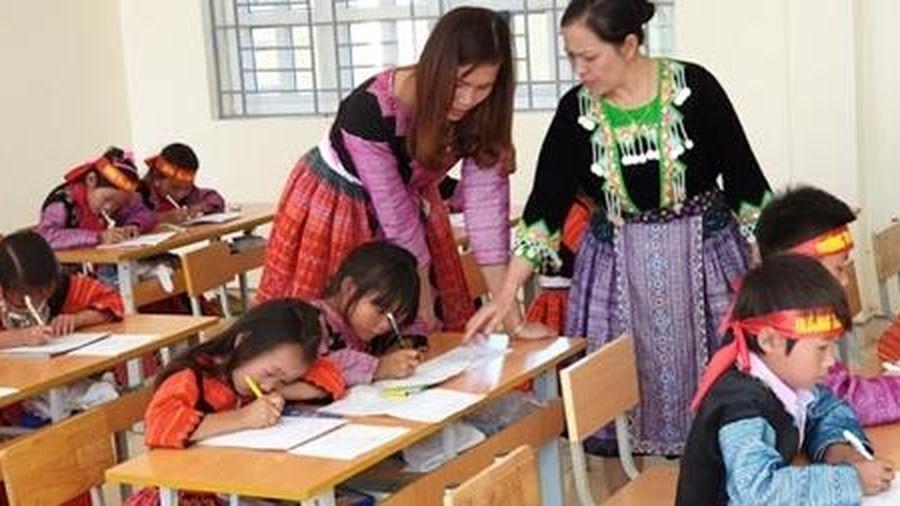 Dạy tiếng dân tộc theo chương trình mới bắt đầu từ học kỳ II