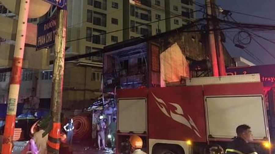 Cháy lớn căn nhà cạnh quán phở ở Sài Gòn, nhiều thực khách tháo chạy