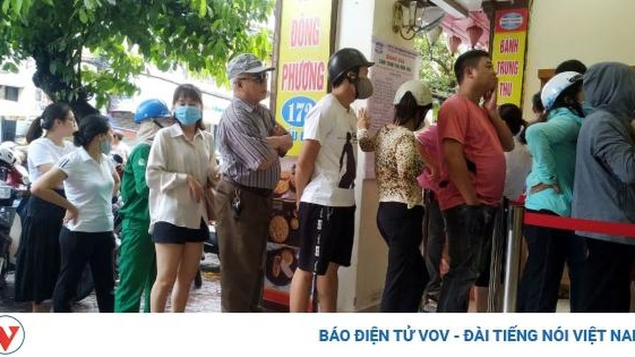 Kiếm tiền triệu nhờ nghề 'mua hộ' bánh Trung thu truyền thống