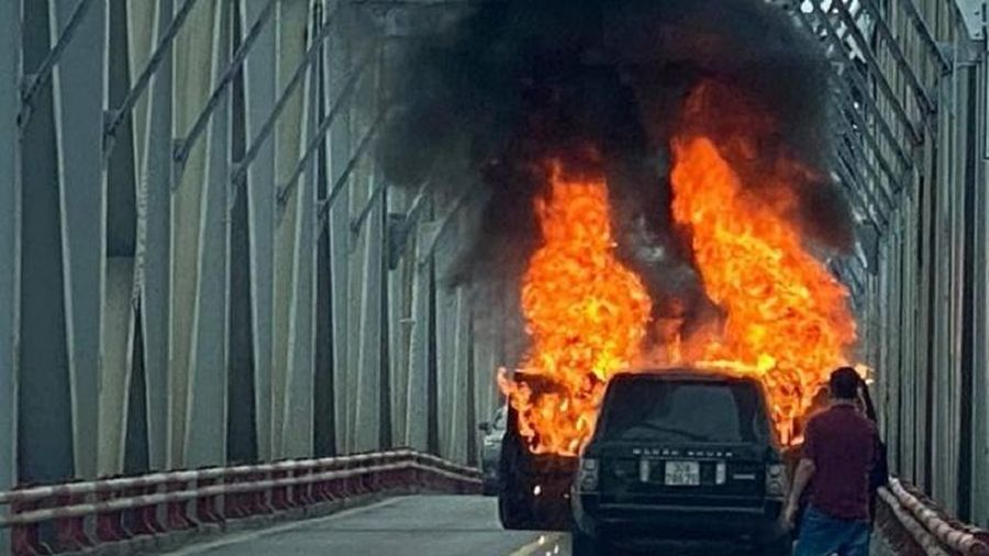 Cận cảnh xe Range Rover bốc cháy trên cầu Chương Dương