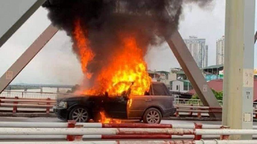 Xe Range Rover cháy ngùn ngụt trên cầu Chương Dương, Hà Nội