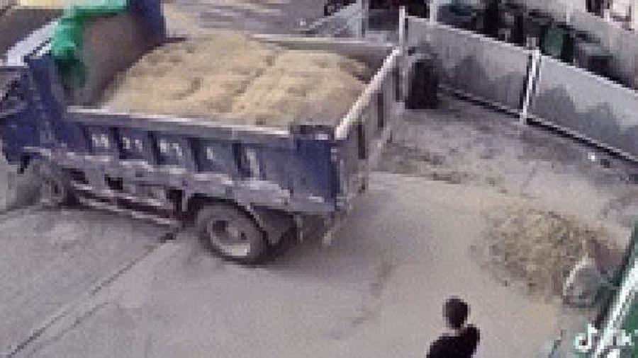 Clip: Đang lùi, xe tải chở cát gặp tai nạn kinh hoàng trước cửa nhà bên đường