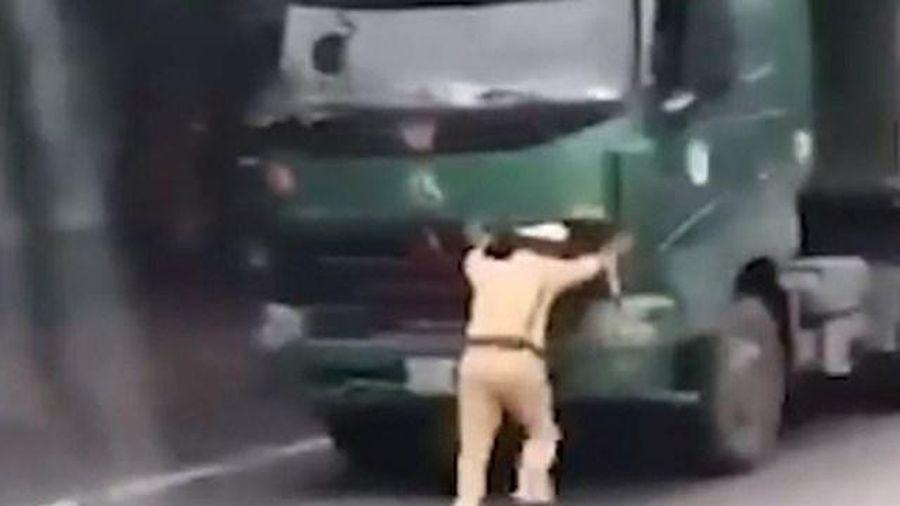 Khởi tố, bắt tạm giam lái xe quá tải 'ủi' CSGT Ninh Bình lùi 40 mét