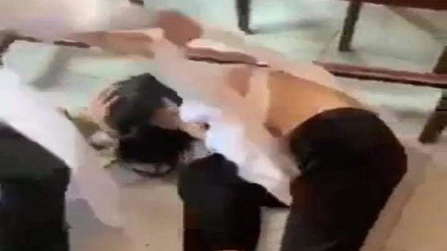 3 nữ sinh đánh, xé áo dài bạn học trong lớp
