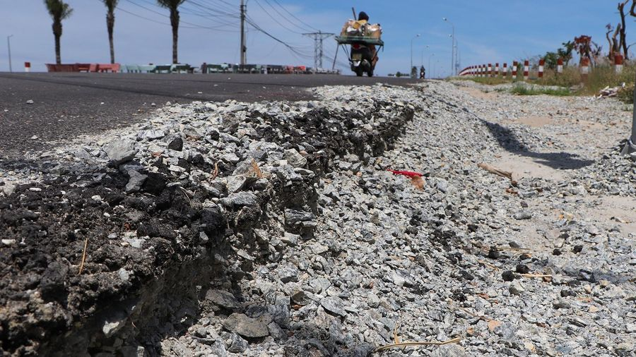 Gần 1 năm chưa sửa xong đoạn đường 1,8 km