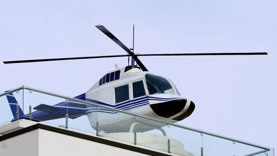 Trùm cá độ trưng mô hình trực thăng trên nóc nhà
