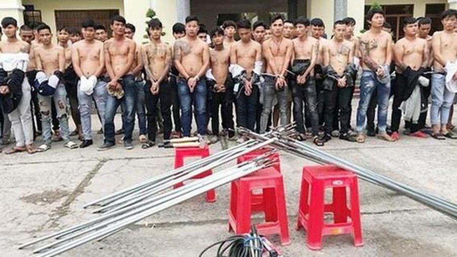 Bắt giữ 59 thanh niên mang tuýp sắt gắn đinh 'dàn trận' ở Biên Hòa
