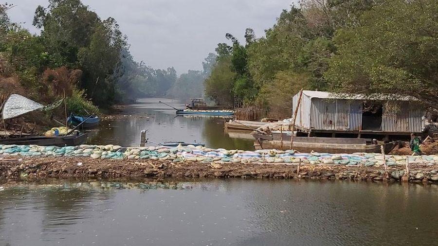Cà Mau khẩn trương gia cố cống đập, tránh để nước mặn tràn vào vùng ngọt hóa