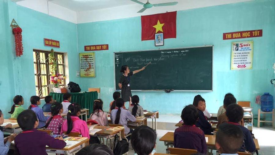 Dạy học bắt buộc tiếng Anh tiểu học: Loay hoay tìm nguồn tuyển