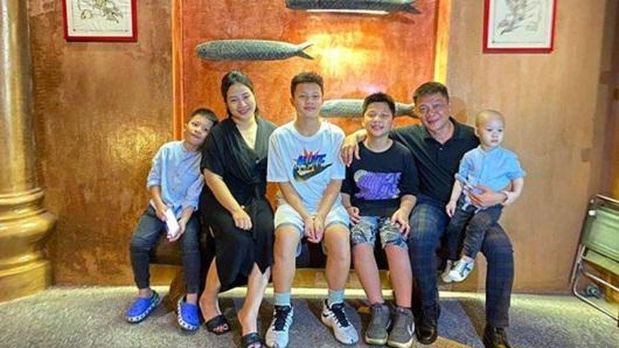 BTV Quang Minh khoe ảnh gia đình 'tứ quý', vợ anh được dân mạng 'phục sát đất'