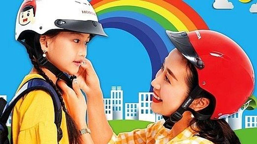 Đội mũ bảo hiểm cho trẻ em là thể hiện tình thương, trách nhiệm