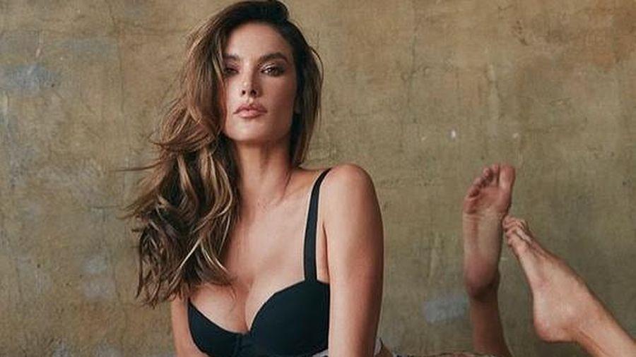 Alessandra Ambrosio eo thon ngực đầy với bikini Burberry