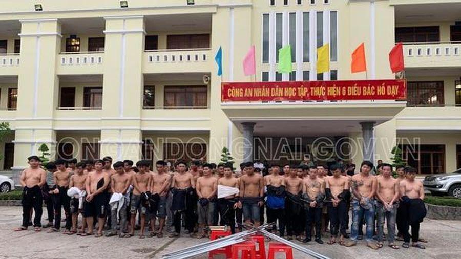 Hàng chục thanh niên mang tuýp sắt dàn trận ở Biên Hòa