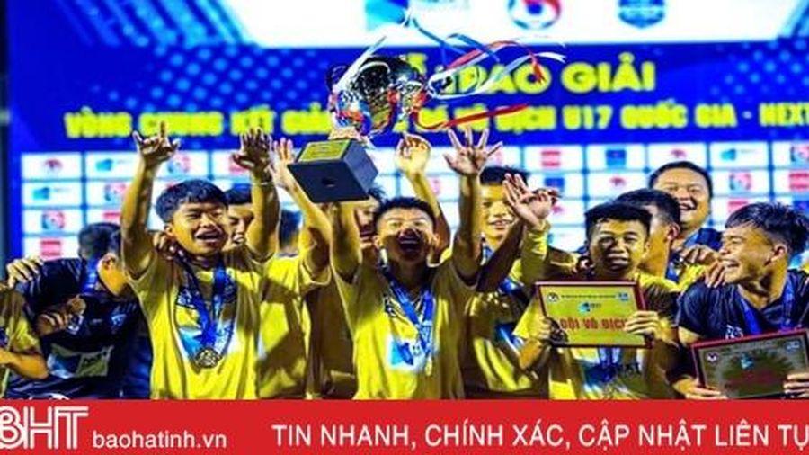 Cầu thủ người Hà Tĩnh cùng U17 Sông Lam Nghệ An lần thứ 8 vô địch giải quốc gia