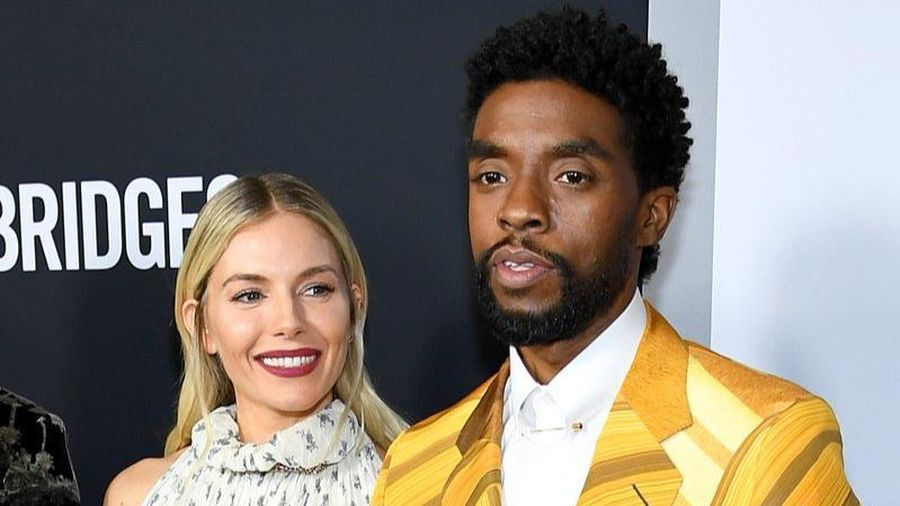 Diễn viên '21 Bridges' Sienna Miller tiết lộ Chadwick Boseman từng bỏ tiền túi để giúp mình tăng lương