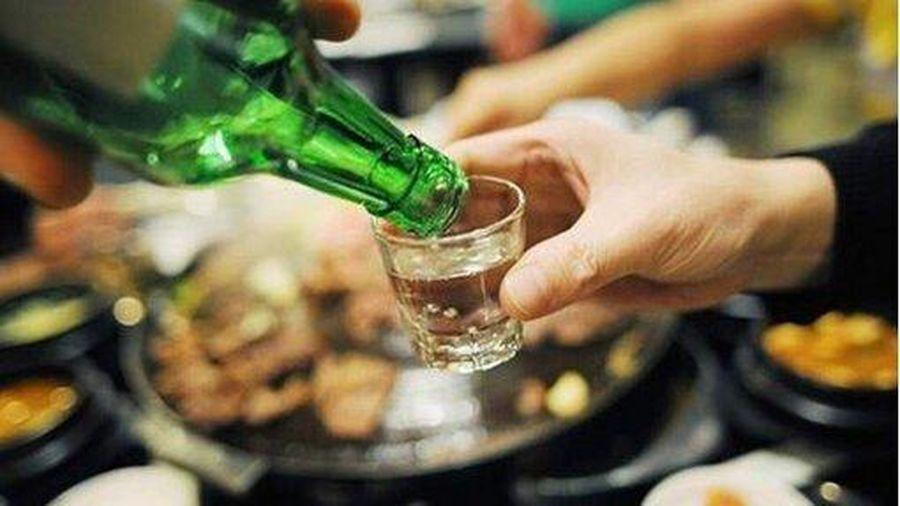 Lôi kéo người khách uống rượu, bia bị phạt tiền