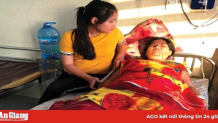 Cảnh thương tâm của người phụ nữ bị gãy chân, chồng mất do tai nạn