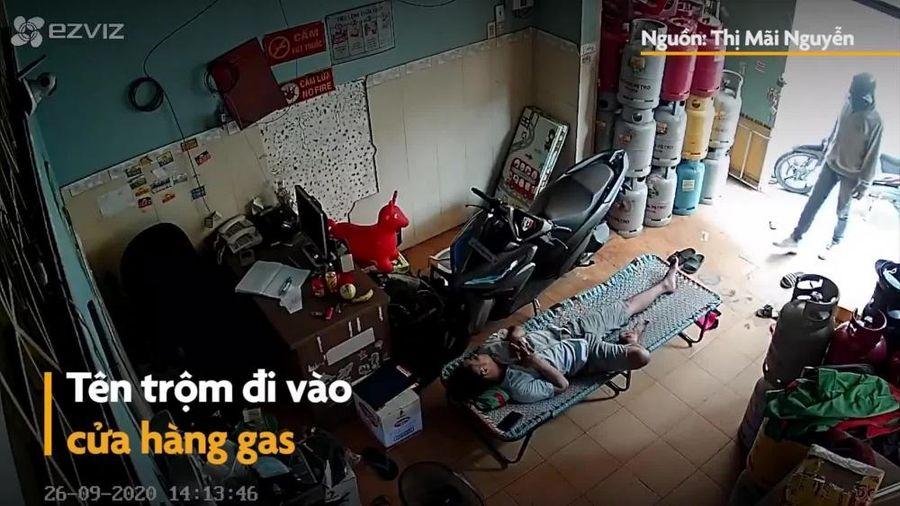 Đánh giấc say sưa, người đàn ông bị trộm vào tận cửa hàng 'cuỗm' điện thoại