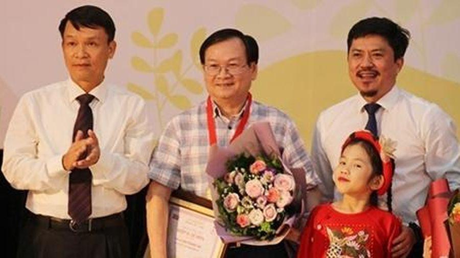 Nhà văn Nguyễn Nhật Ánh đoạt giải 'Hiệp sĩ Dế Mèn'