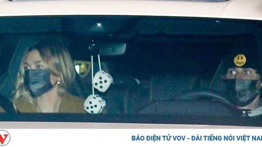 Hailey Baldwin diện vest gợi cảm đi ăn tối cùng ông xã Justin Bieber