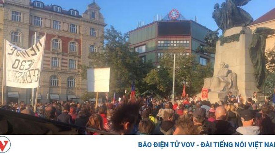 Hàng trăm người biểu tình phản đối các biện pháp hạn chế của Chính phủ Séc