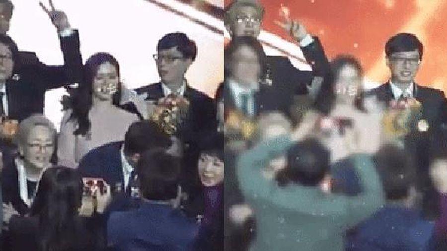 Hot lại clip 'chị đẹp' Son Ye Jin lu mờ vì RM và Yoo Jae Suk tại lễ trao giải: Thủ lĩnh BTS làm gì để MC quốc dân nhìn chằm chằm thế kia?