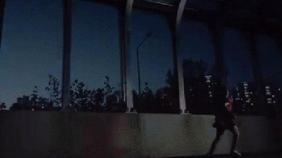 16 giây teaser của BLACKPINK có gì: Jisoo chạy vì trễ xe buýt, Jennie có duyên với xe hơi vẽ chằng chịt và Lisa... ôm lấy chính mình?