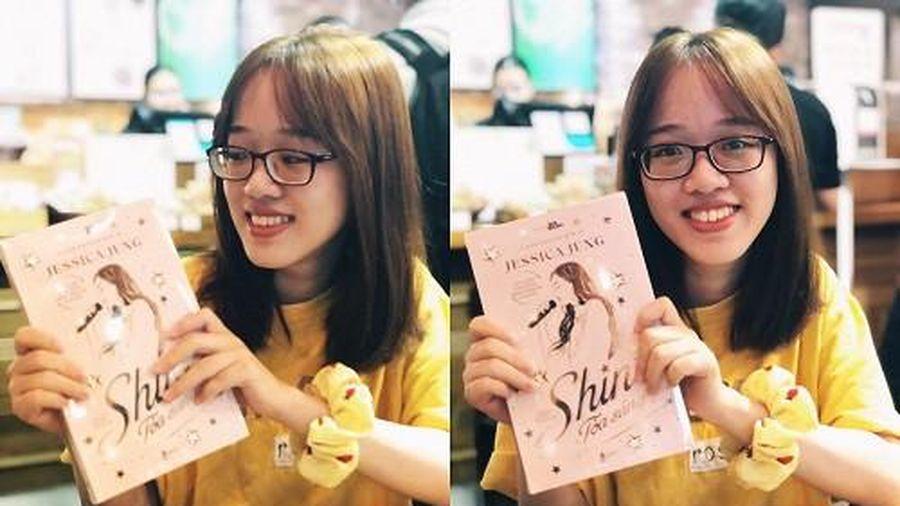 'Shine' của Jessica Jung: Fan háo hức cầm trên tay những cuốn sách đầu tiên