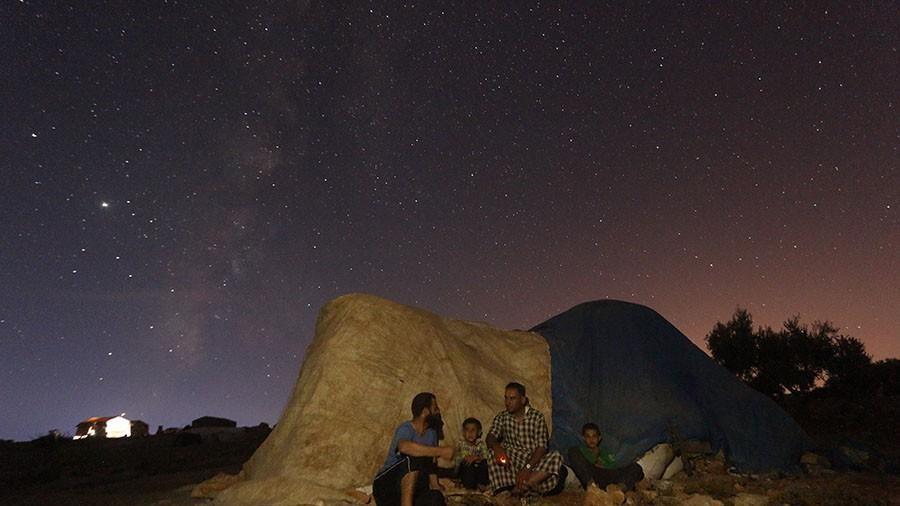 Người dân Syria ngồi ngắm dải ngân hà trong khoảnh khắc bình yên hiếm hoi